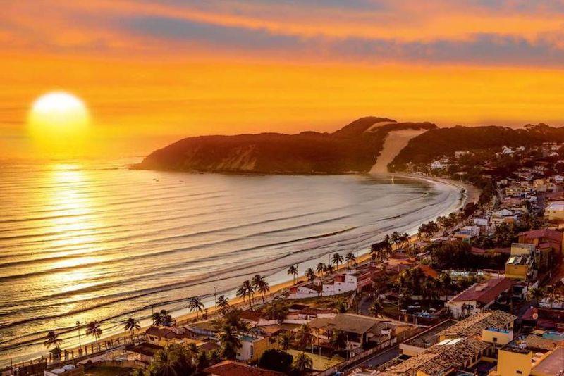 Nascer do sol na praia de Ponta Negra em Natal