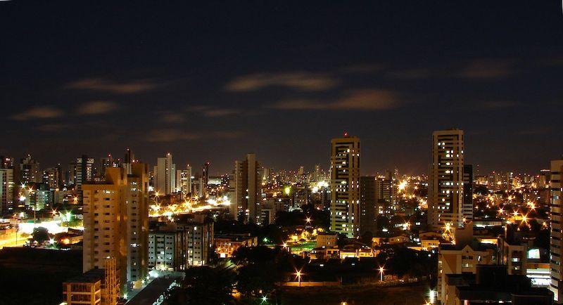Vista dos edifícios em Natal à noite
