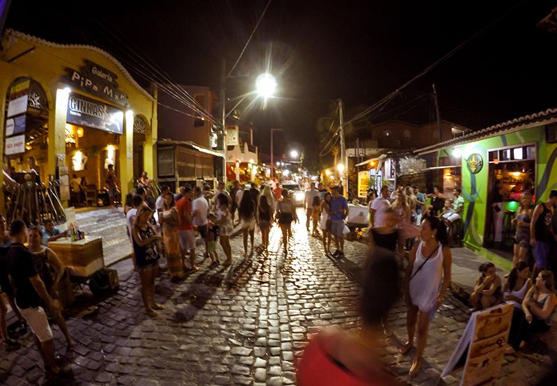 Avenida Baía dos Golfinhos à noite em Pipa