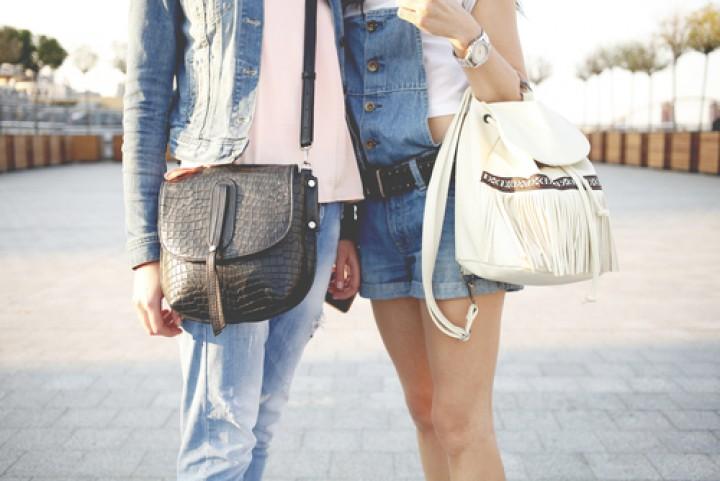 Casal carregando bolsas