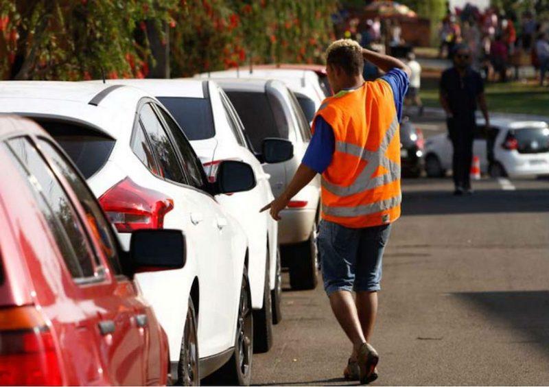 Pessoa guardando os carros