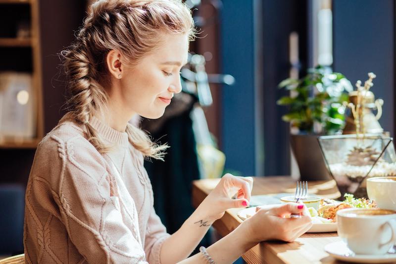 Comendo sozinha no restaurante em Pipa