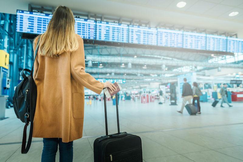Mulher no aeroporto em Natal