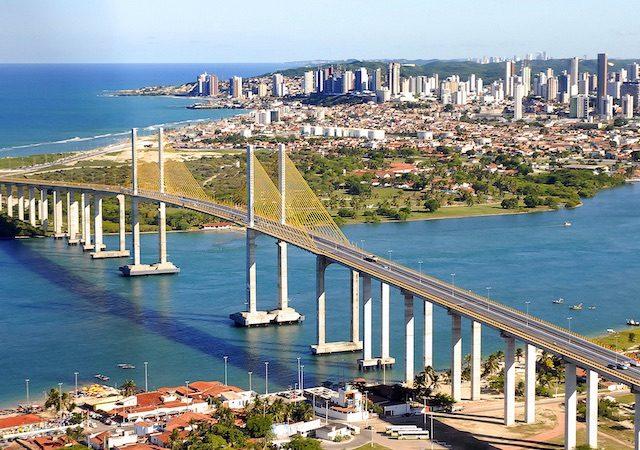 Vista da Ponte Newton Navarro na cidade de Natal